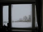 窓の外は地吹雪で大荒れ