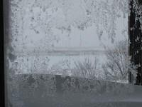 窓に張り付いた雪