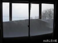 窓の外に吹き溜まりが