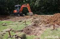 ユンボで岩盤を掘る