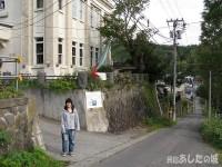 小樽ゲストハウスの入り口で