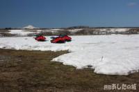 残雪とスノーモービル