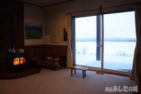 薪ストーブと窓の風景