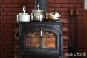 薪ストーブの上にはヤカンと鍋