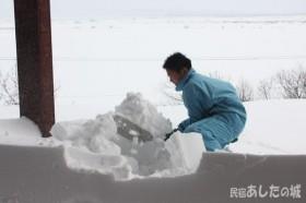 雪かきを始める息子