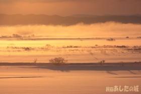 朝日に照らされ霧が湧き上がる