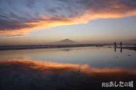 砂浜に映りこむ夕焼け