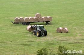 牧草ロールの取り入れ