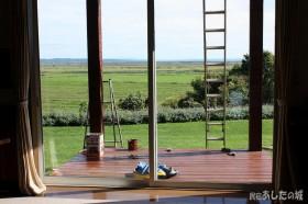 ペンキ塗りの梯子