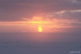 日の出前の太陽柱