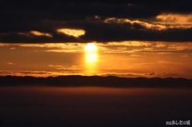太陽は上の雲に隠れる