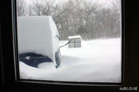 雪が出入り口付近に吹きだまる