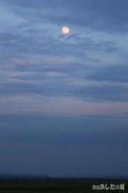 原野に昇るお月様