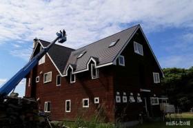 高所作業車で屋根の上に