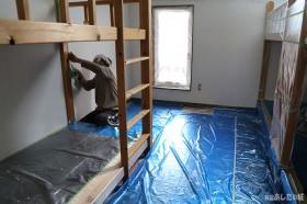 客室の壁紙塗り