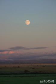 サロベツ原野から昇る中秋の名月