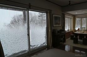 地吹雪で窓についた雪