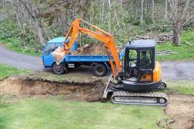 岩盤を掘る