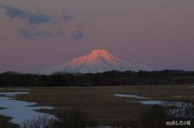 利尻の山頂付近に朝日があたる