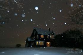 窓の明かりと雪