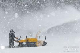雪の中で除雪