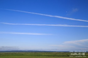 飛行機雲とお月様