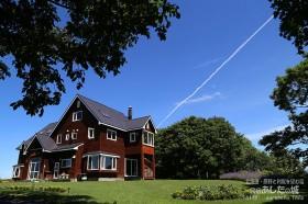 民宿あしたの城と飛行機雲
