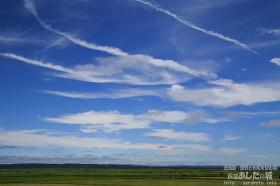今日も幾筋かの飛行機雲
