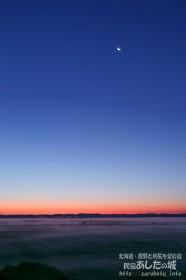 夜明け前の月と金星