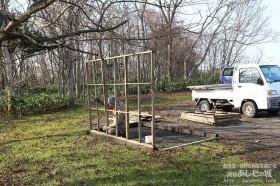 除雪機小屋を組み立てる