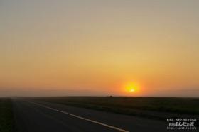 原野から見た夜明け