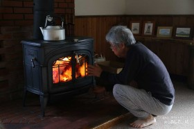 薪ストーブに火を入れる