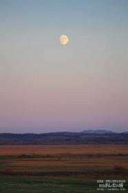 サロベツ原野に昇る月
